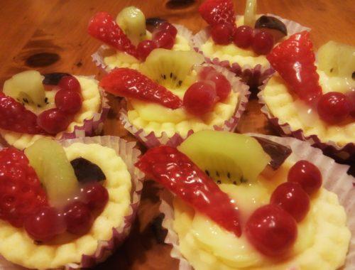 cestini di pasta frolla ripieni di crema pasticcera e frutta