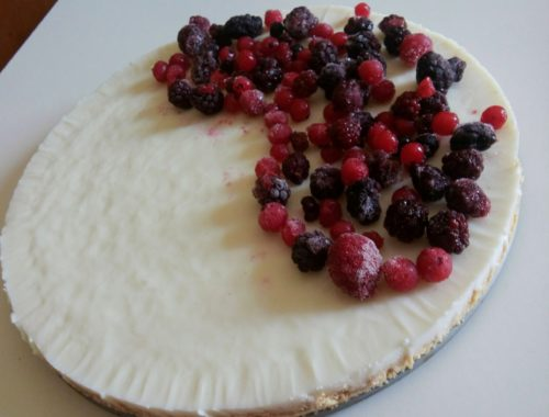 Torta fredda allo yogurt e frutti di bosco senza panna