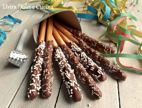 Grissini dolci colorati di carnevale