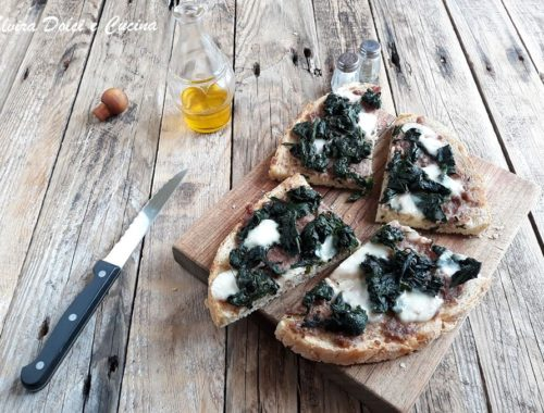 Crostone di pane spinaci salsiccia e stracchino