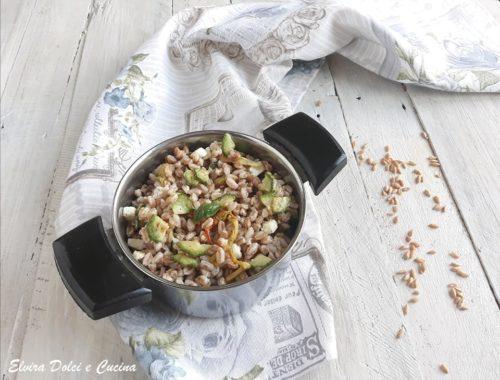 Insalata di farro con zucchine fiori di zucca e pecorino