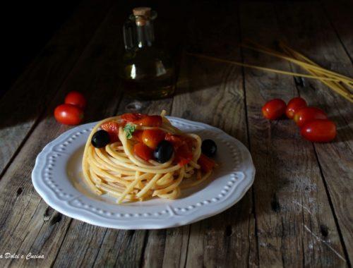 Bucatini con pomodorini freschi e olive nere