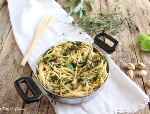 Spaghetti alle cinque erbe con granella di pistacchi