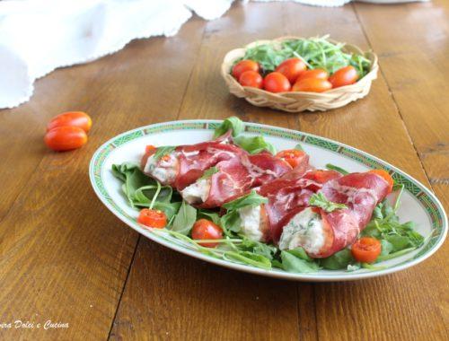 Involtini di bresaola con ricotta rucola e pomodorini