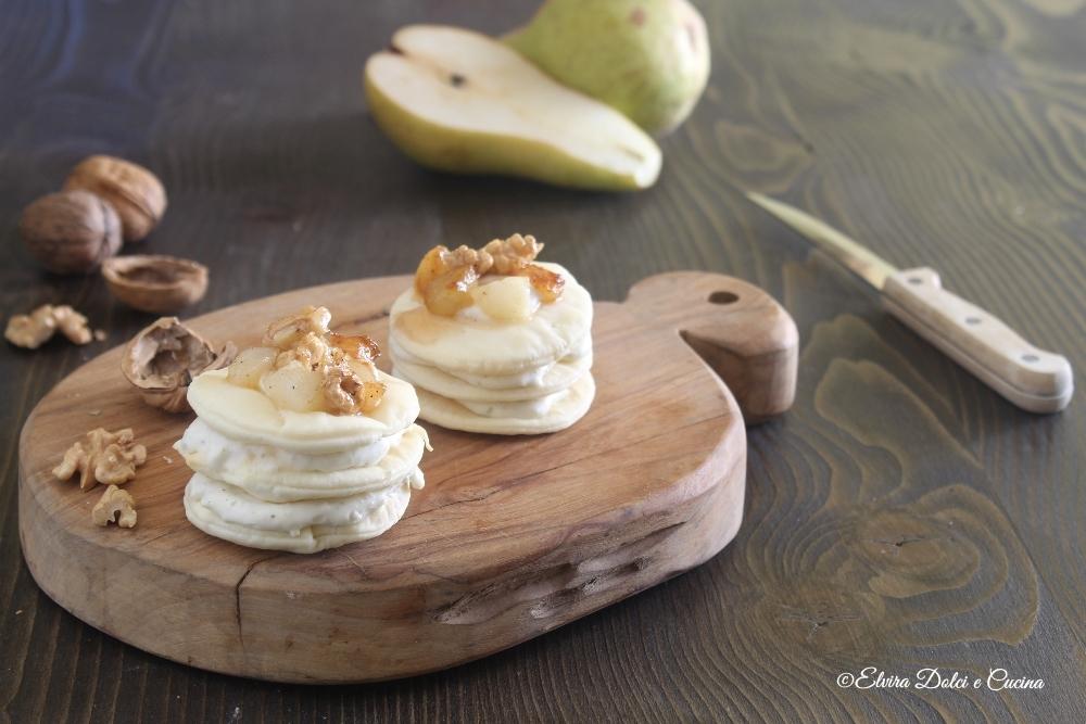 Millefoglie di pasta brisè con spuma al gorgonzola e pere caramellate al pepe