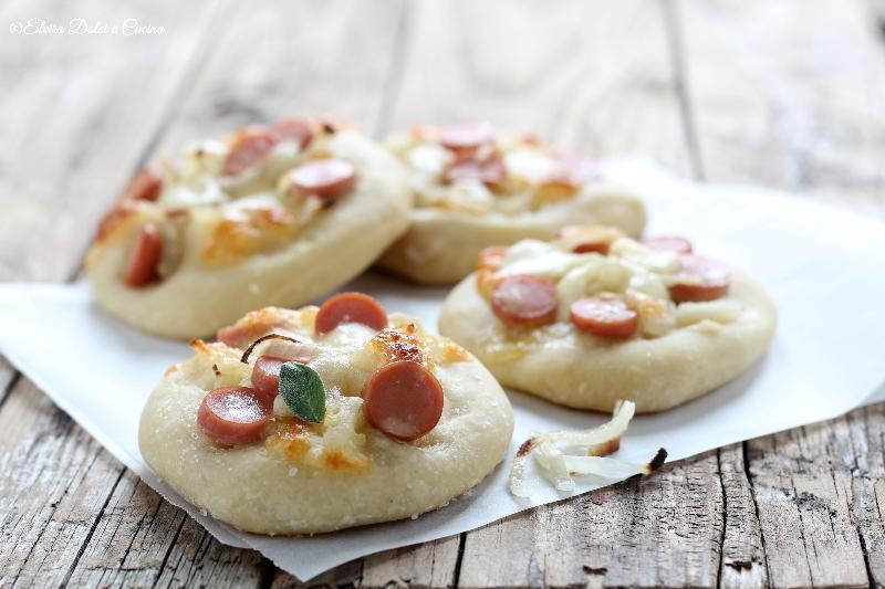 Pizzette bianche con cipolla e wurstel