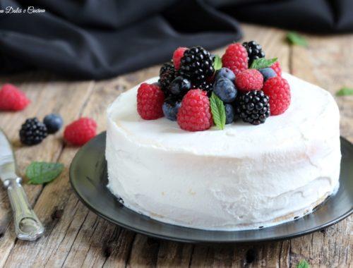 torta all'acqua con ricotta montata e frutti di bosco