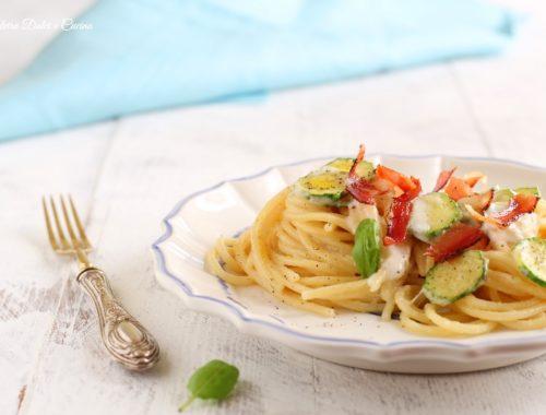 Spaghetti con zucchine mousse di burrata e speck croccante