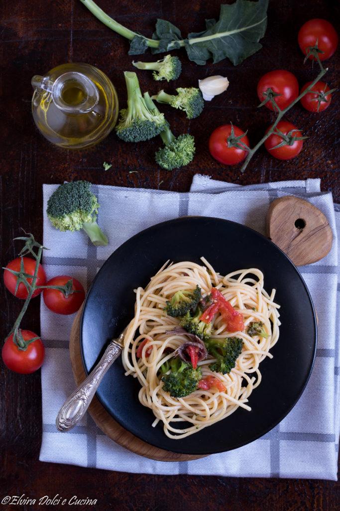 spaghetti con broccoli pomodorini e alici