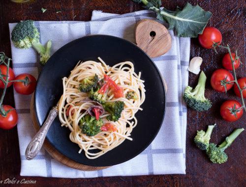 spaghetti con broccoli pomodorini e acciughe