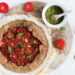 Gallette ai cereali con stracchino pesto e pomodorini