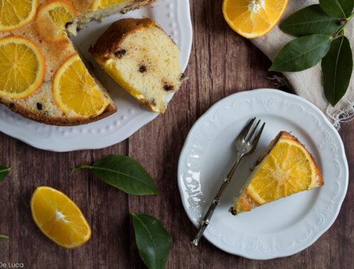 Torta rovesciata all'arancia con yogurt e gocce di cioccolato