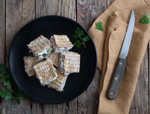 Mini quadrotti di pane azzimo con prosciutto formaggio e zucchine
