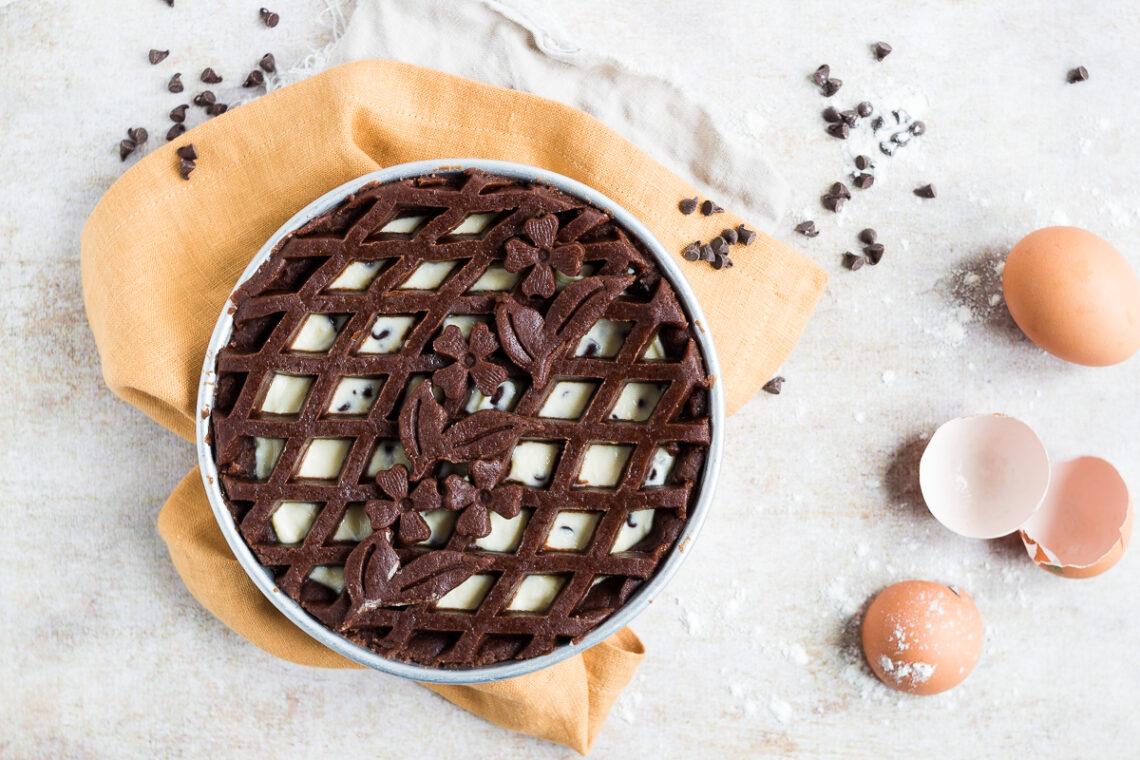 Crostata al cacao con crema di ricotta e gocce di cioccolato