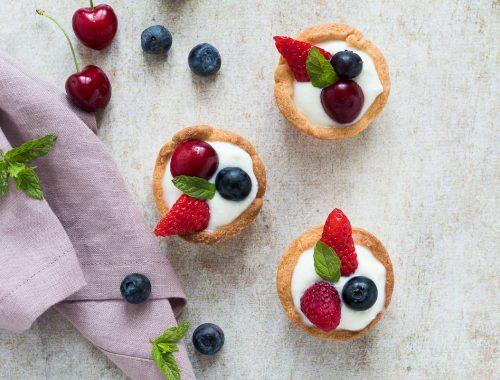 Cestini di frolla due versioni con crema di ricotta e frutti rossi