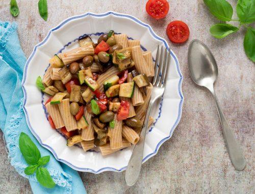 Pasta fredda integrale con verdure grigliate pomodorini e olive taggiasche