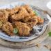 Straccetti di pollo croccanti con cornflakes e sesamo