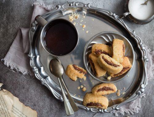 Biscotti arrotolati con crema di nocciole e frolla all'olio